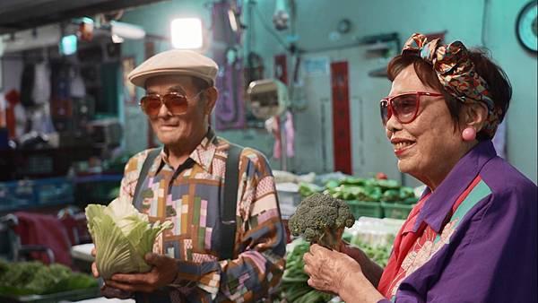 太平阿伯(圖左)與玉蘭阿嬤依造導演指示擺出帥氣動作,氣勢不輸專業模特兒。