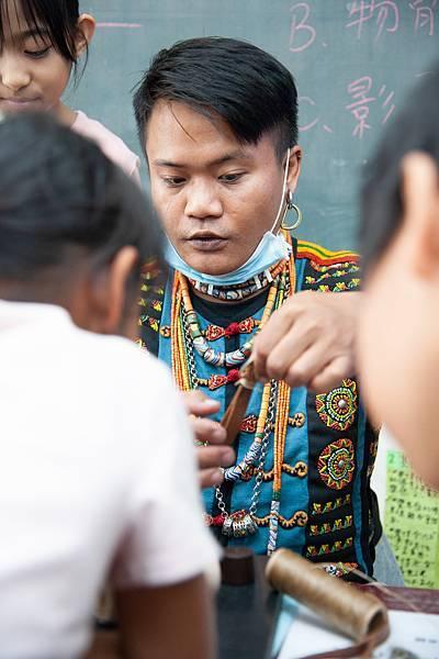 6圖說:小綿羊老師熱情的身影出現在部落不同角落。
