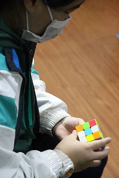2圖說:課輔班的魔術方塊高手。