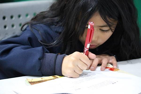3圖說:學生們放學後自動到教會寫功課。