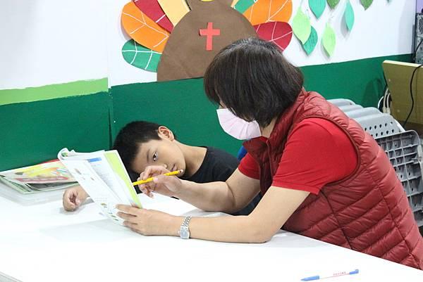 4圖說:教會志工老師指導功課。