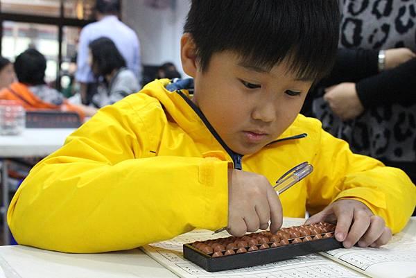 7圖說:堅定持續學習珠算,良良打算盤的姿勢是班上數一數二的。