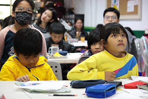 9圖說:學生專注看著台上學期末活動。