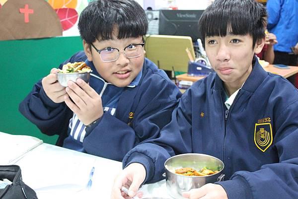10圖說:在課輔班一起吃晚餐。