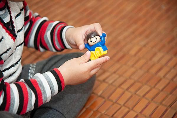 2圖說:小恩找出特教老師指定的玩具。