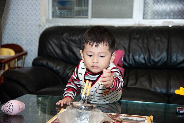 4圖說:小恩好奇戳戳媽媽做的家鄉菜─越南肉凍。。