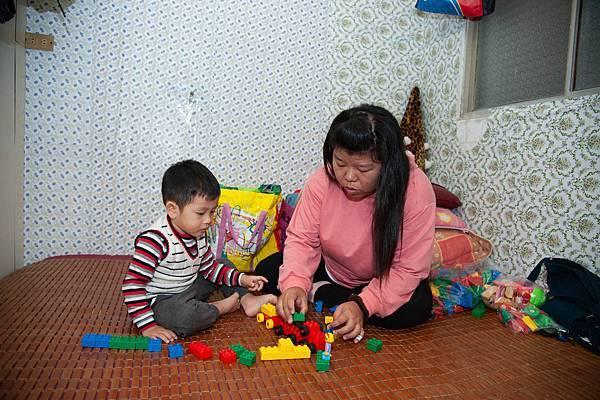 5圖說:特教老師游靜芬每週到府服務。