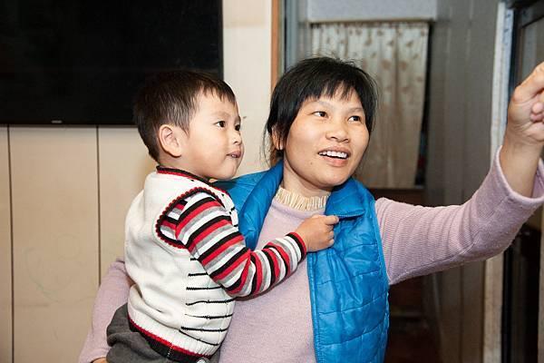 7圖說:小恩與媽媽。