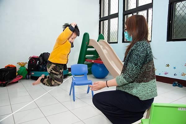 6圖說:特教老師林育岑以靜、動態活動輪流帶小靜。