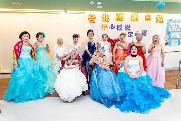 托老中心慶母親節 近百歲阿嬤披婚紗
