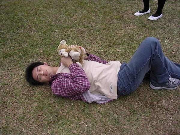 小杜與小猴在草地上纏綿