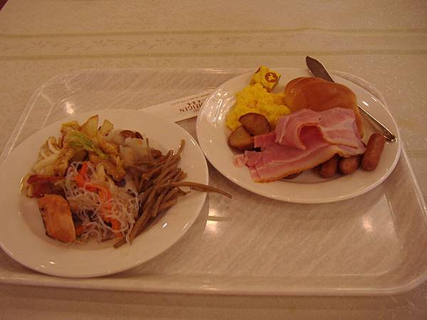 201 第二天的自助式早餐, 我吃的好多喔, 難怪會肥.JPG