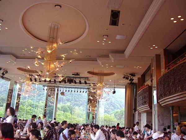 300 吃早餐的餐廳, 雖然看起來非常富麗堂皇非常漂亮, 但是東西很不入口, 是個金玉其外的餐廳.JPG