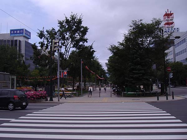 304 大通公園是被好幾條馬路穿過的長條型公園, 公園下是地下街.JPG