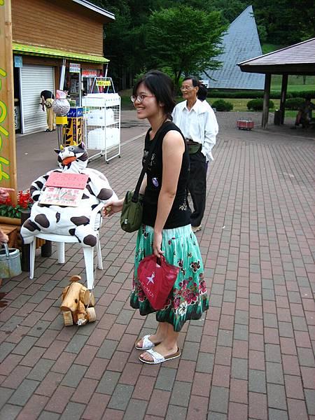384 蹓路旁店家的木製小狗.JPG
