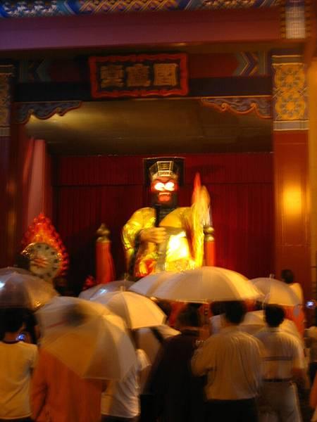 398 閻羅王表演, 雖然不清楚, 不過是變成紅色的魔王臉.JPG