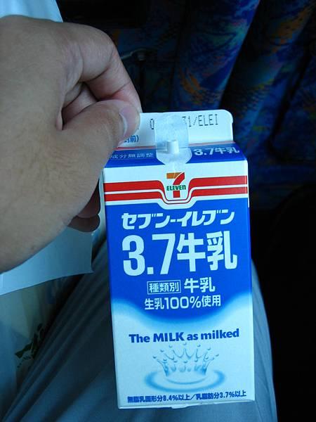 414 seven出的牛奶, 味道遜於第一天的紅色包裝牛奶.JPG