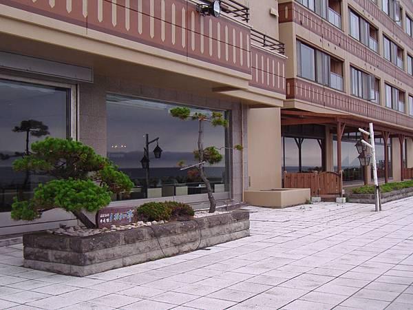 505 飯店後面的小小散步區.JPG