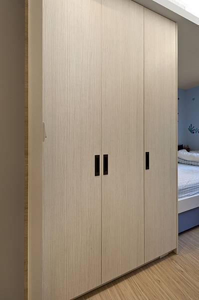 臥室 次臥房 室內設計 林口 ed HOUSE 兒童房 衣櫃 收納櫃 系統櫥 系統櫥櫃 開門衣櫃 把手.jpg