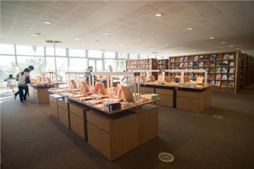 edHOUSE 機能櫥櫃 輕裝修 輕裝修設計 系統櫃 系統板材 裝潢設計 系統家具 客製化 收納 高雄市立圖書館總館 綠建築圖書館 建築設計 科技化 智慧設計  建築美學 室內設計 書櫃 書櫃設計