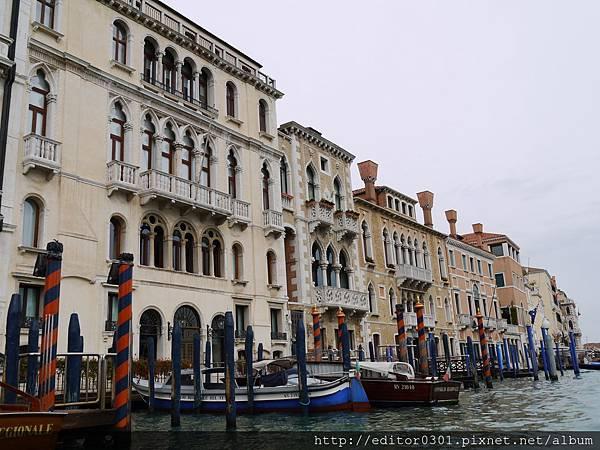 P1080754 右為「孔塔里尼─法桑宮」(Palazzo Contarini Fasan, 據說是莎士比亞《奧塞羅》女主角戴斯德莫娜的住所).JPG