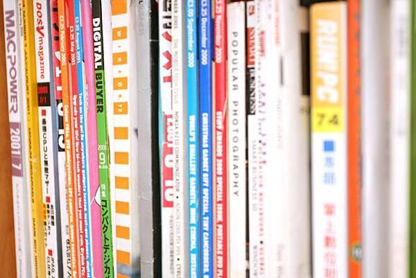 書架上好多舊雜誌