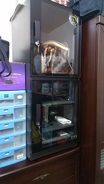 有質感的電子防潮展示櫃放在五斗櫃上