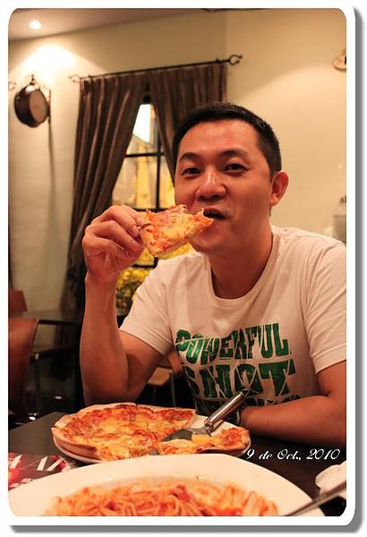 Eric 吃pizza.jpg
