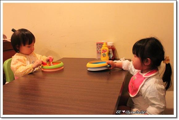 兩小娃ㄦ準備用餐.jpg
