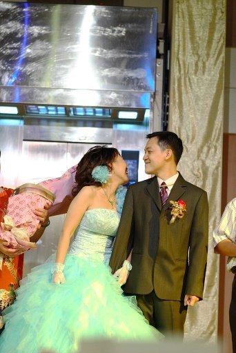 新娘哽咽後回頭