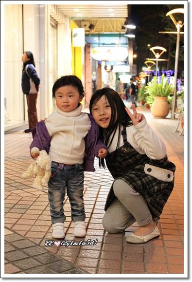 跟小姑姑牽手走路停下拍照.jpg