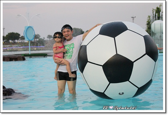 父女與大足球.jpg