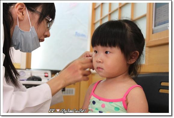 醫生幫忙貼耳環.jpg