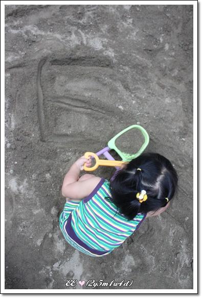寫著E的沙地.jpg