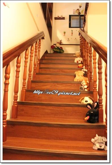 階梯上滿佈玩偶.jpg