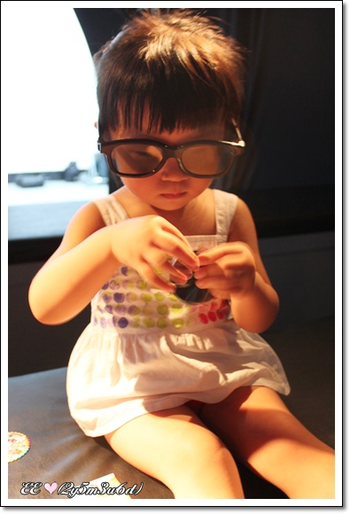 EE戴3D眼鏡看4D影片.jpg