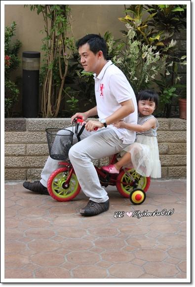 父女相擁騎單車.JPG