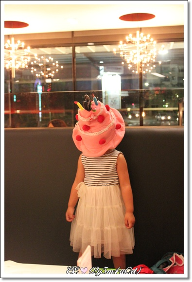 戴蛋糕帽搞怪.JPG