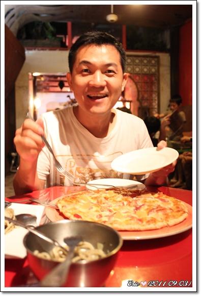 Chez Papa 內Eric 吃pizza.jpg
