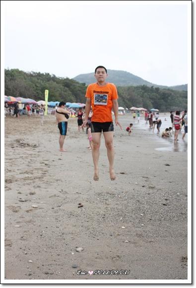 Eric沙灘上漂浮.jpg