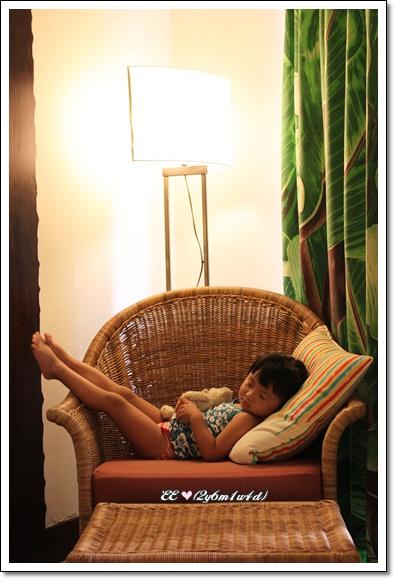 在悠活房內躺椅裝睡.jpg