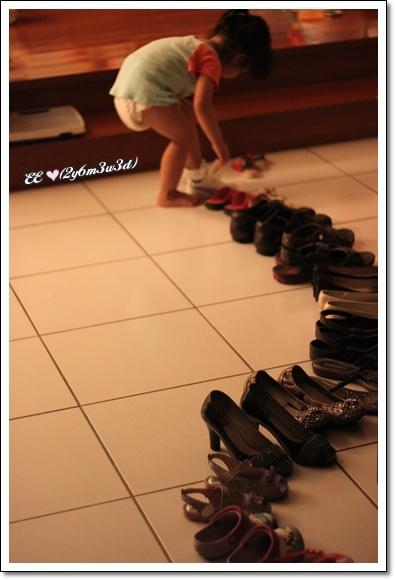 愛搬鞋子.jpg