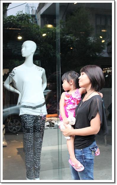 母女跟櫥窗.jpg
