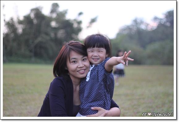 母女草地上擁抱.jpg