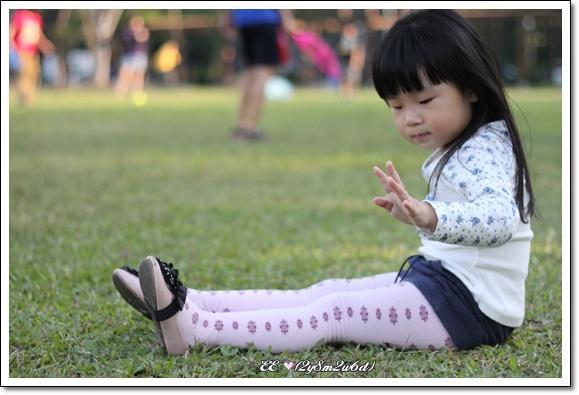 EE坐著伸長腿.jpg