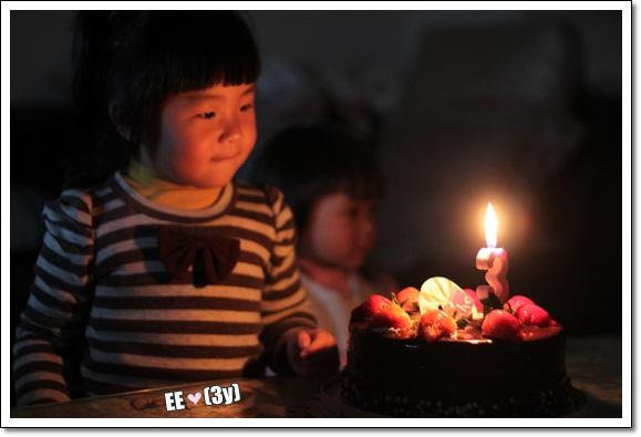 唱完生日歌EE看著蠟燭