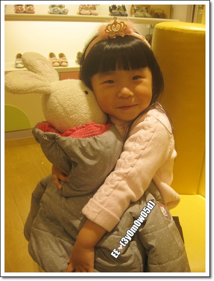 EE抱法國兔當寶寶