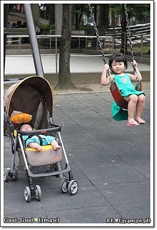 跟著姐姐去公園