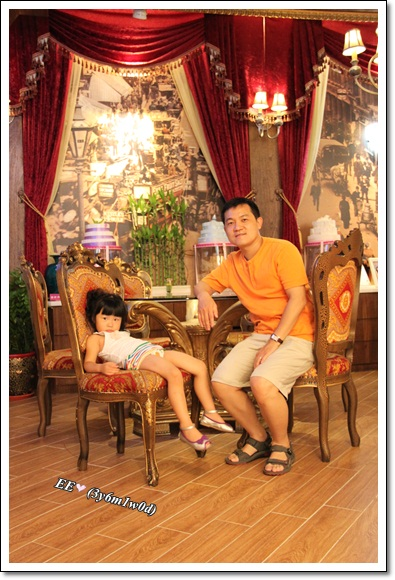 父女坐在古典椅上
