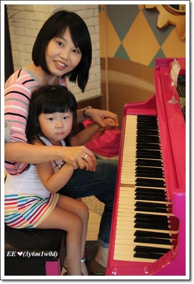 母女假彈琴